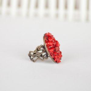 Кольцо с красным кораллом в бронзе фото на белом фоне