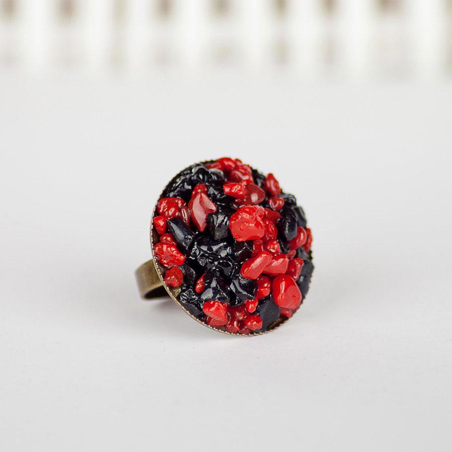 Круглое кольцо с черным агатом и красным кораллом