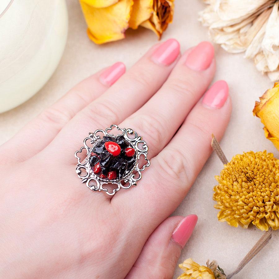 Кольцо с агатом и кораллом в серебре бижутерия