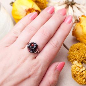 Кольцо с кораллом и агатом в серебре фото на руке