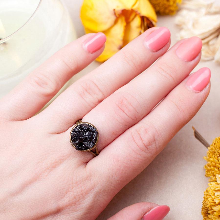 Бронзовое кольцо с черным агатом фото на руке