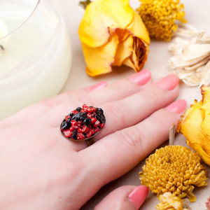 Кольцо с агатом и кораллом фото на руке