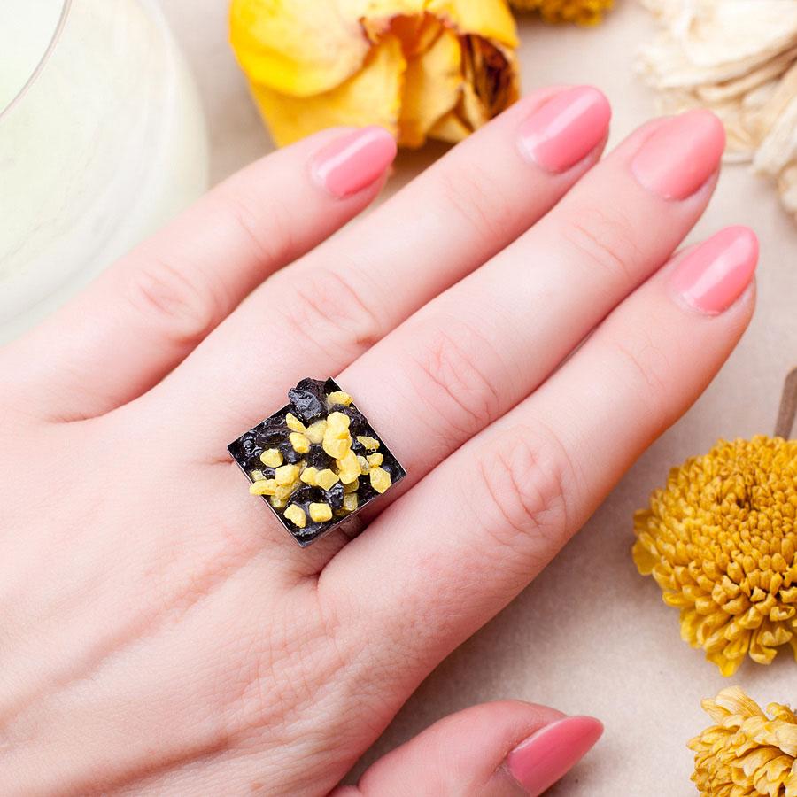 Кольцо с черным агатом и желтым агатом фото на руке