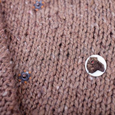 Кофта вязаная с кнопками значок в подарок