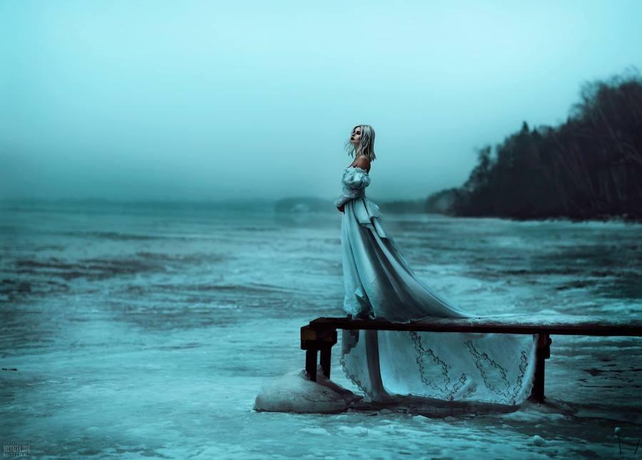 Фотография девушки у моря