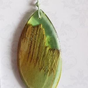 Купить Кулон из зеленой ювелирной смолы с с деревом, капля большая