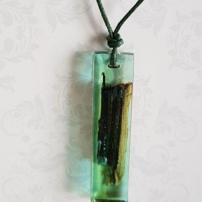 Купить Кулон из зеленой ювелирной смолы с деревом, узкий прямоугольник